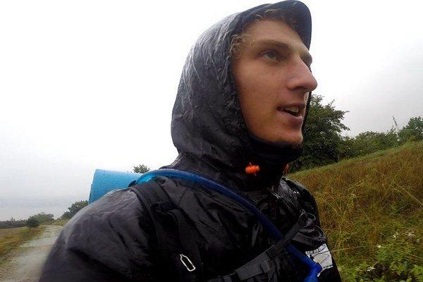 Patrik sa nezastavil ani v daždi a zime.