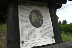 Na snímke fotografia otca Ignatija Čokinu na informačnom paneli pred výstupom k areálu, kde sa nachádza tzv. skit, nad obcou Uličské Krivé