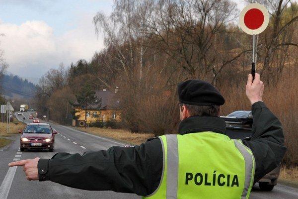 Polícia odkláňa dopravu cez Oravský Podzámok, Lokcu, Vavrečku, Tvrdošín.