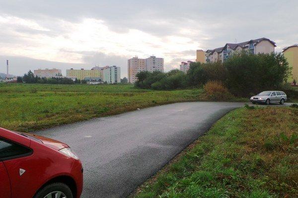 Provizórna cesta na sídlisko. Ďalšie dve bytovky, ktoré na voľnej ploche vyrastú, zahustia dopravu ešte viac.