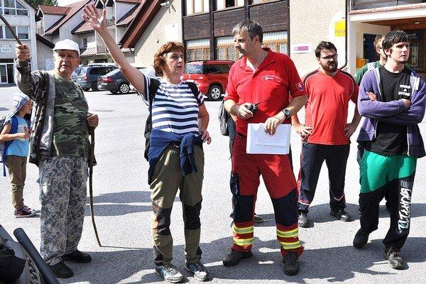 Manželia Brišovci ukazujú záchranárom, ktoré miesta už prehľadali.