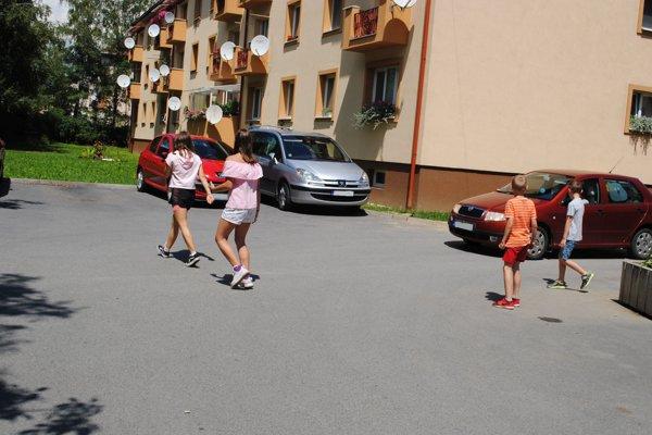 Prejazd áut. Prešovčania vnímajú aj ako ohrozenie detí.