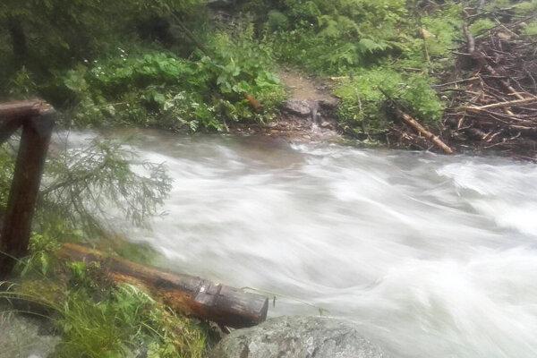 Tu, na chodníku v Látanej doline, bola kedysi lavica pre peších. Zobrala ju voda.