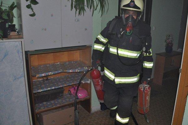 Hasiči použili na hasenie vodu, penový aj práškový hasiaci prístroj.