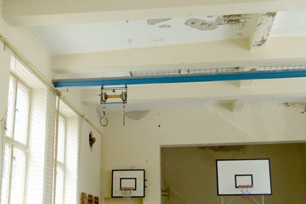 V telocvični padá zo stropu omietka.