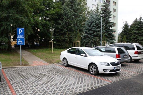 V rámci obnovy tu vybudovali nový chodník i parkovacie miesta.