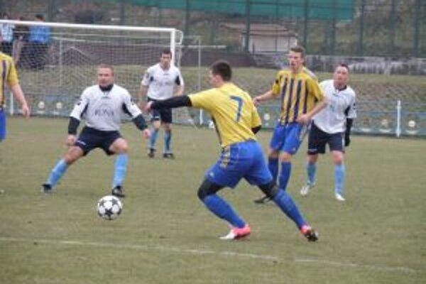 Hráči Lednických Rovní (v bielom) zdolali Jaslovské Bohnice o tri góly.