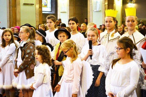 Koledníci Dobrej noviny zMalatinej koledovali biskupovi Andrejovi Imrichovi.