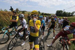 16. etapa na Tour de France 2018 bola prerušená na 15 minút.