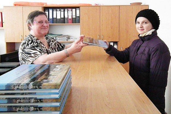 Eva Matušňáková (vpravo) si knihu omeste vyzdvihla na úrade minulý utorok. Odovzdala jej ju pracovníčka Mária Michalčíková.