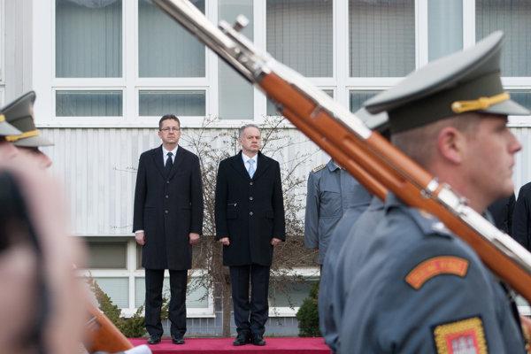 Minister obrany SR Martin Glváč a prezident SR a hlavný veliteľ Ozbrojených síl SR Andrej Kiska počas veliteľského zhromaždenia v areáli Ministerstva obrany SR.