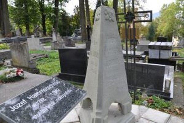 Zreštaurovaný pomník Jozefa Hammerschmida.
