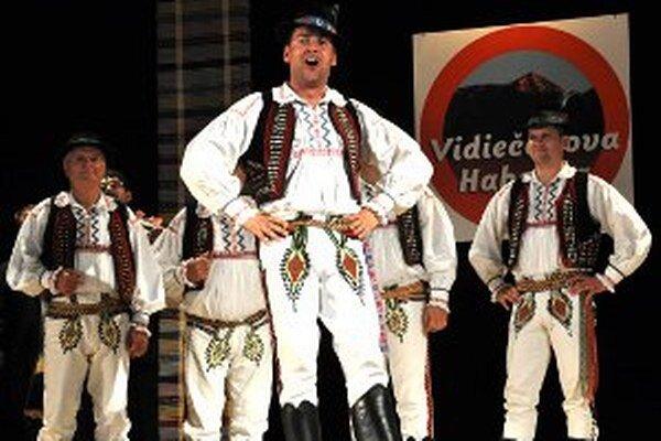 Speváci folklórnej skupiny Raslavičan.