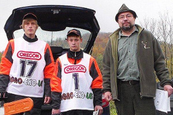 Ondreja (vľavo), Romana a ich majstra Alojza Váňu prvenstvo potešilo.