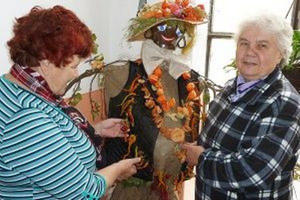 Dôchodcovia vytvorili veselú postavičku z úrody.