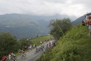 Záber na jazdcov počas jednej z etáp Tour de France 2018.