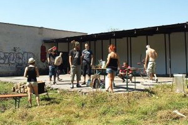 Vďaka programu KomPrax skupina mladých ľudí skultúrnila rozbitú strelnicu.