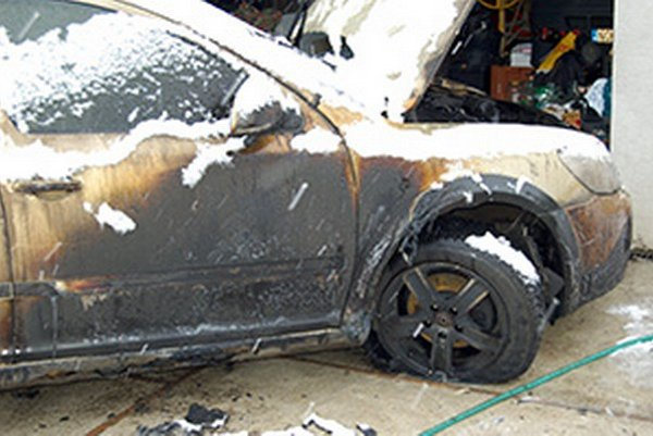 Plamene poškodili auto i garáž.