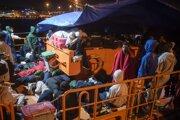 Migranti sa pripravujú stráviť noc na palube lode španielskej námornej záchrannej služby.