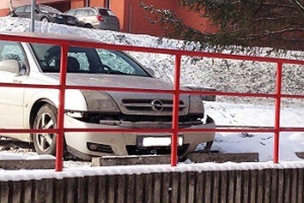 Bežný obraz auta s poškodeným nárazníkom.