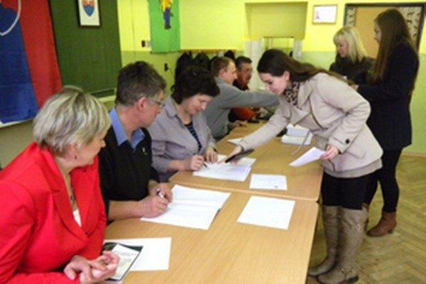 Komisia vydáva hlasovacie lístky a obálky.