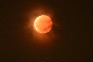 Úplné zatmenie Mesiaca pozorované z Turčianskych Teplíc.