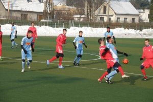 Dubničania (v červenom) boli Slovanu vyrovnaným súperom.