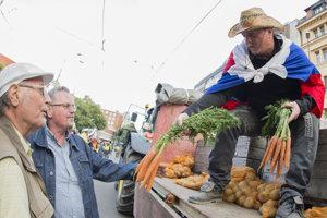 Patrik Magdoško ponúka zeleninu po skončení pochodu Za slušné Slovensko v Bratislave koncom júna.
