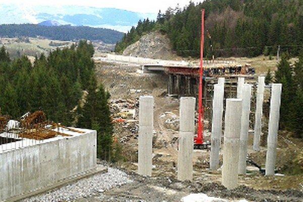 Viac ako 230 metrov betónu a ocele spojí dolinu do konca roku.