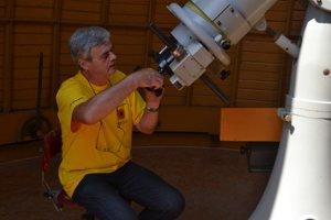 Pavol Rapavý, riaditeľ rimavskosobotskej hvezdárne, počas príprav na pozorovanie.
