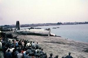 Záchranné práce 30. júla 1976 po leteckom nešťastí na Zlatých Pieskoch. O chvíľu bude zadná časť lietadla, ktoré sa po páde na hladinu rozlomilo, celá na brehu.