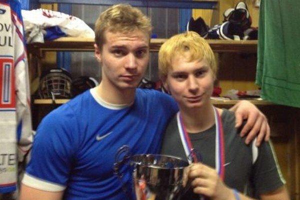 Bratia Michal a Lukáš Kabáčovci sa tešia zo spoločnej trofeje v ročníku 2012/2013.