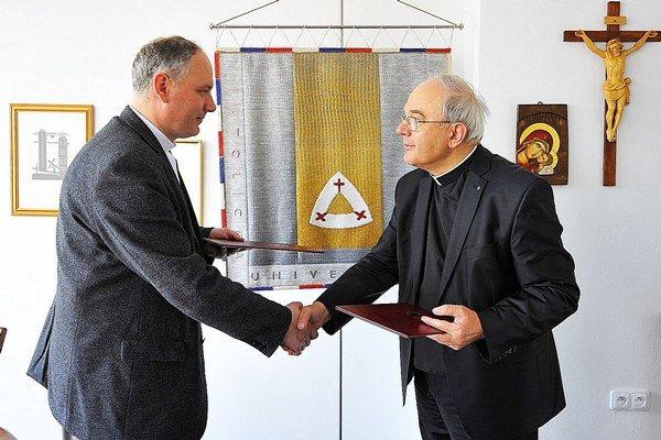 Peter Majda (vľavo) preberá menovací dekrét z rúk Tadeusza Zasępu.