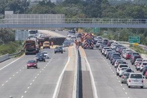 Na snímke miesto nehody na diaľnici D1 v smere na Trnavu, kde sa prevrátil kamión s kukuricou. Blatné, 29. júla  2018.