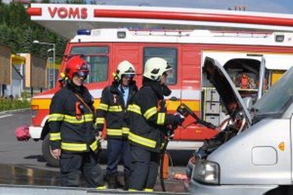 Požiar auta vystrašil posádku auta aj obsluhu čerpacej stanice.