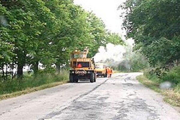 Výsprávka výtlkov na ceste okolo Nového Ústia.