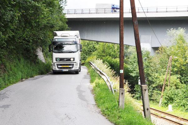Na úzkej ceste popod bralo sa dve autá neobídu.