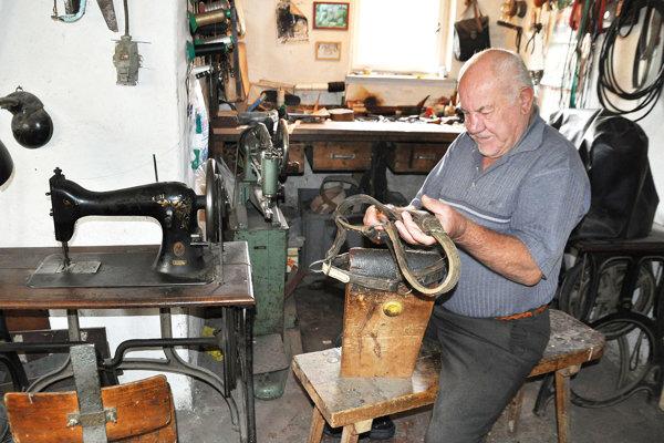 Karol Sivčák vo svojej dielni pri oprave ohlávky.