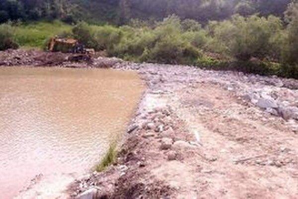 Voda strhla hrádzu v polovici mája, začiatkom júla na mieste ruín stála nová.