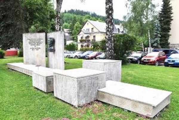 Pomník Janka Matúšku možno symbolizuje slovenský znak.