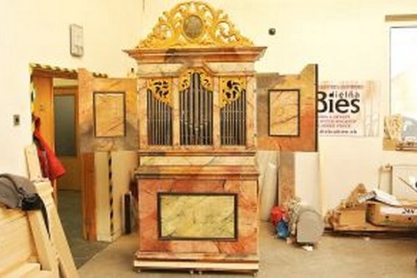 Organ má krídlové dvere. Po ich zatvorení dostal zvuk nový rozmer.