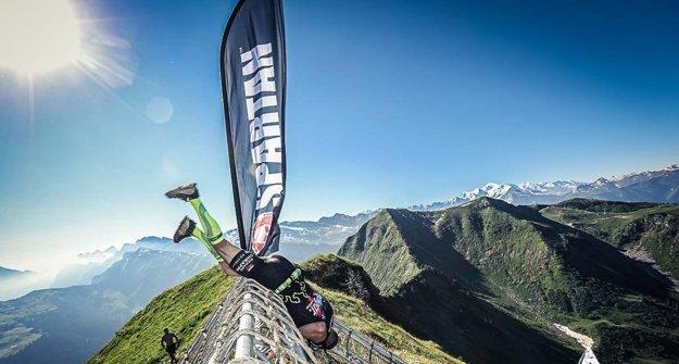 Takto zachytili oficiálny fotograf pretekov Slováka Richarda Chrappu, prechádzajúceho cez prekážku na samom vrchu Point de Nyon, ktorá bola ešte vo výške päť metrov nad zemou.
