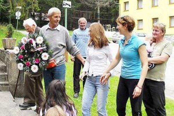 Účastníci pochodu položili veniec aj k pamätníku SNP v Malej Lučivnej.