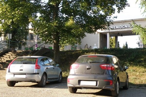 Nemocnica má vypracovanú štúdiu na parkovisko vo svojom areáli.