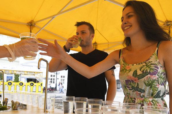 Osviežiť zdarma sa v ňom môžu Košičania, ale aj turisti a návštevníci mesta chladenou vodou z vodovodu, ochutenú citrónom a bylinkami.