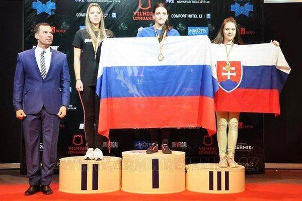 Andrea Kušnieriková (vpravo) si to na pódiu užívala.