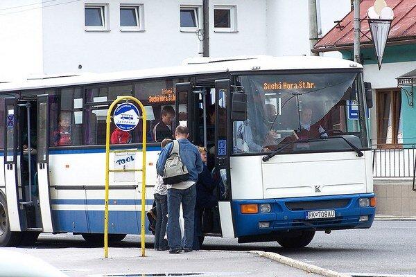 Po letných prázdninách chodí pod Roháče jeden autobus ráno a druhý poobede. Medzitým a večer majú turisti bez auta smolu.