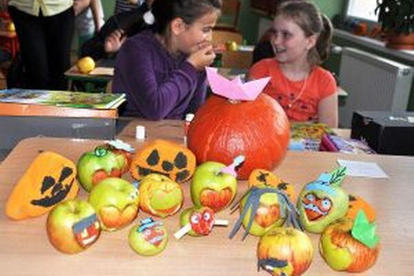 Deti dokázali lásku k ovociu srdiečkovými jabĺčkami.
