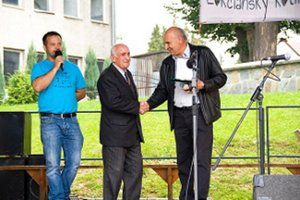 Anton Sivoň preberá cenu z rúk starostu Miroslava Valčičáka.