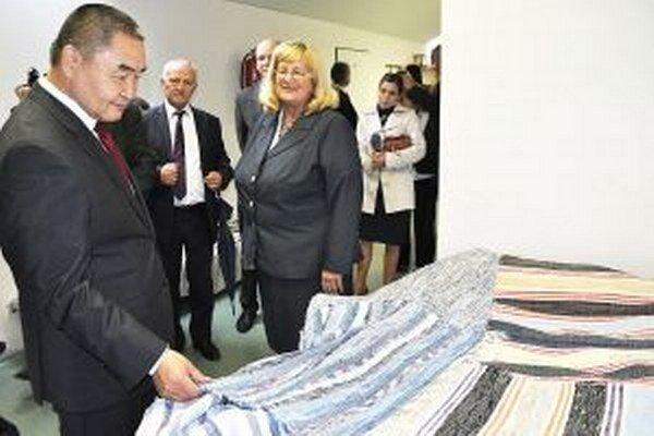 Veľvyslanca zaujali koberce, ktorá ručne tkali deti.